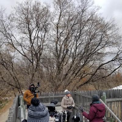 On set in Winnipeg directing an episode of Hors Québec, 2020